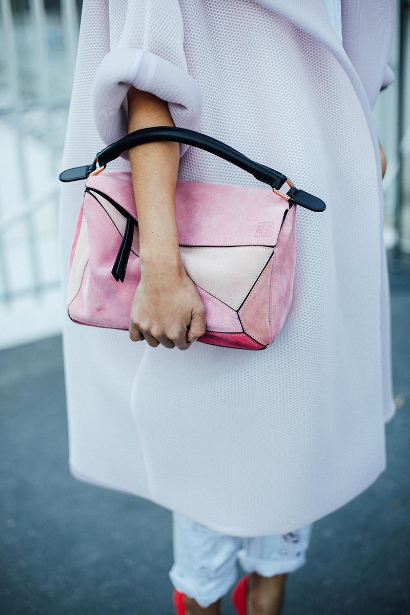 La puzzle bag a las afueras de Paris Fashion Week. Foto: Getty.