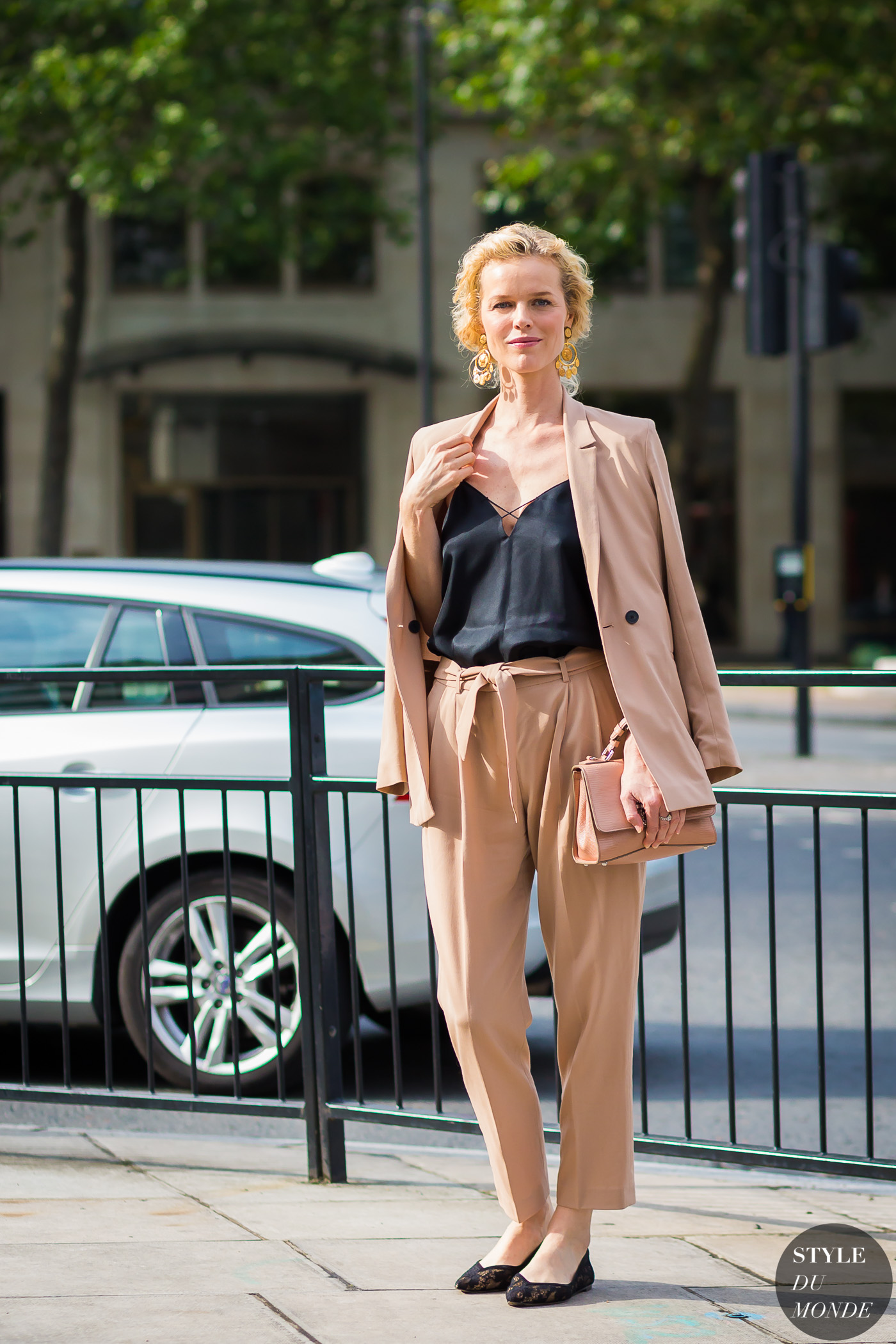 Eva Herzigova afuera de London Men's Fashion Week. Foto: Style du Monde.